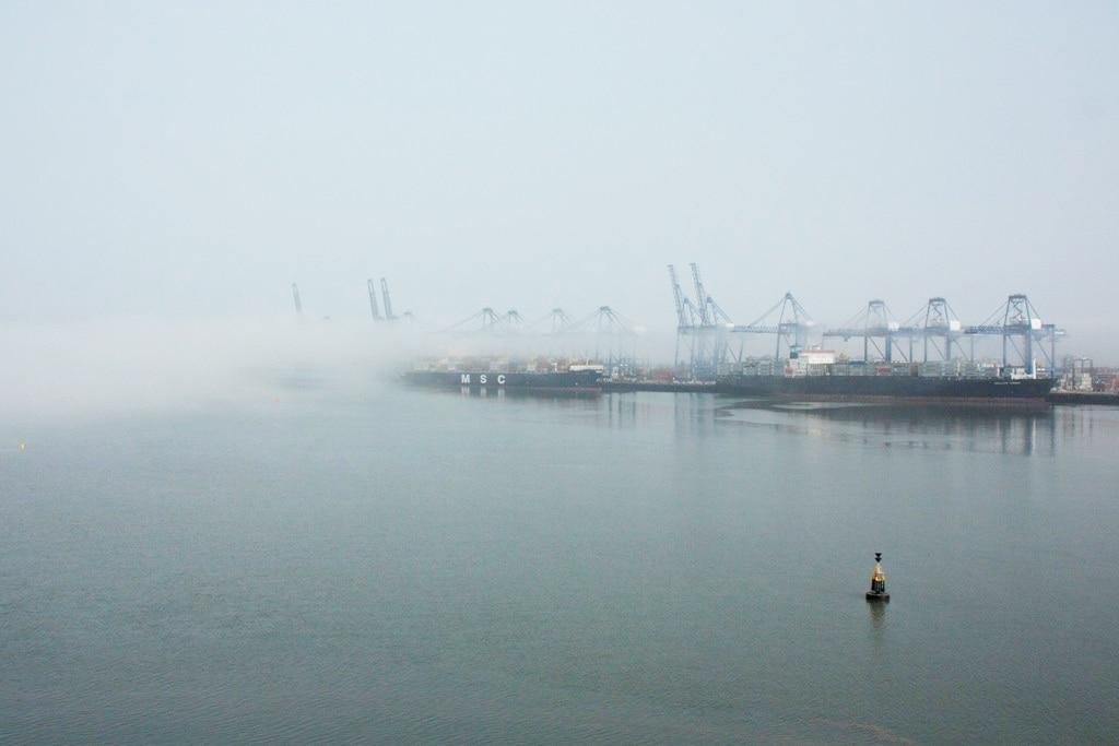 Vlak voor de havenmonding begint de mist open te trekken (foto: Ernst Schrijver)