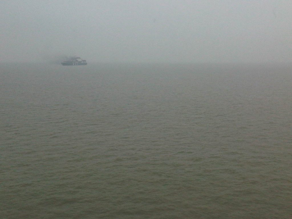 Rokend vrachtschip