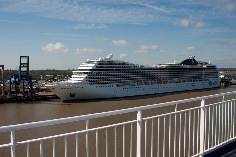 Het enorme cruiseschip MSC Magnifica uit Panama in Harwich International (foto Ernst Schrijver)