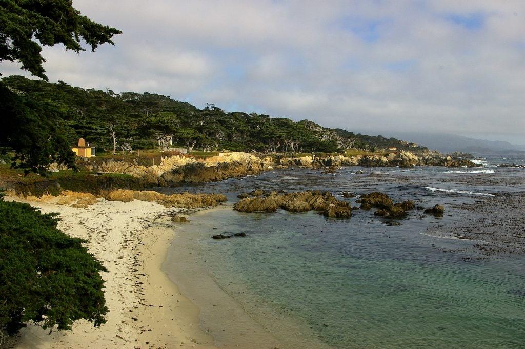 Uitzicht vanaf zuidelijke kustweg bij Monterey bay.