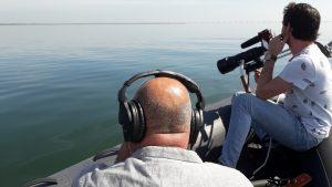 De cameramannen Erik en Roel zitten stand-by in het Zeevarken